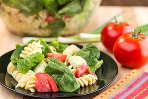 pastasalade met spinazie en rotini foto