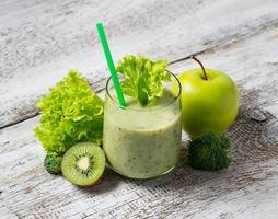 groene smoothie met kiwi, appel, salade en broccoli, gezonde dri