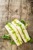 bruschetta met waterkerssalade foto