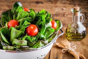 lunchtijd: verse groene biologische sla met kerstomaatjes