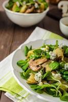 verse salade met groente en blauwe kaas foto