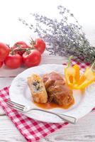 vegetarische koolrolletjes met spinazie en salsa foto