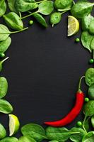 voedsel achtergrond met spinazie en rode Spaanse peperpeper foto