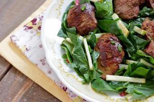 kippenlever en spinaziesalade met groene appel foto