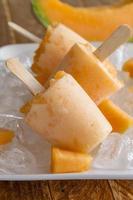 zelfgemaakte vers gepureerde fruit bevroren ijslollys foto