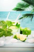 achtergrond cocktail drinken op het strand. foto
