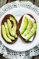broodje roggebrood met avocado en geitenkaas foto