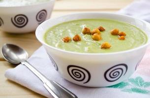 groene roomsoep van spinazie, broccoli en erwten foto