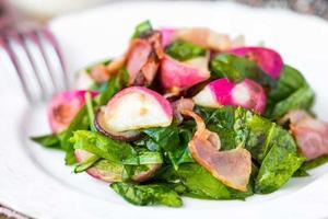 warme salade met gebakken radijs, spinazie, spek, roomfeta foto
