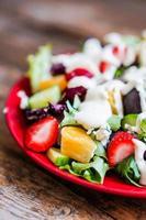 frisse salade met rucola, spinazie, aardbei, sinaasappel en blauwe kaas foto