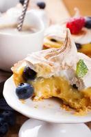 huisgemaakte tartlets met limoenkwark en meringue foto