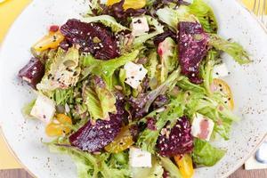 vegetarische salade met rode biet in het restaurant foto