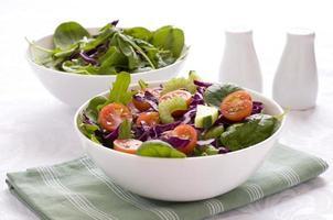 twee groene salades in een kom foto