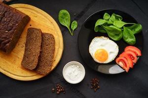 licht ontbijt met verse producten foto