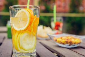 doordrenkt met fruitwatercocktails en groene groentesmoothies foto