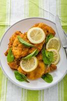 gebakken schnitzel met kruiden en citroen