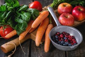 mix van fruit, groenten en bessen foto
