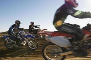 motorcross racers racen in de woestijn foto