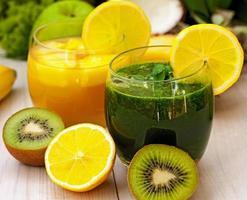 verfrissende groene en oranje smoothies foto