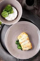 gebakken kabeljauwfilets en spinazie foto
