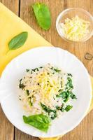 Risotto van spinazie met geraspte kaas foto