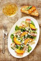 salade met perziken, spek; rucola, spinazie en geitenkaas