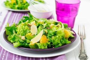 salade met spinazie, sinaasappels en noten foto
