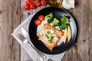 gegrilde zalm steak met roomsaus foto