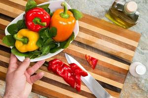 man een gezonde verse salade voorbereiden foto