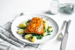 gegrilde zalm met gnocchi en groenten foto