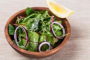 verse salade van bladeren van bieten, spinazie foto