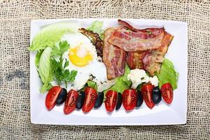 serveert ontbijt toast met spek en kruiden