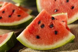rijpe gezonde biologische watermeloen foto