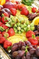 gezond fruit ontbijt met aardbeien druiven ananas en kiwi foto