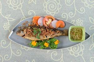 gebakken vis met knoflook foto