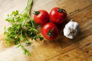 tomaten knoflook en peterselie foto