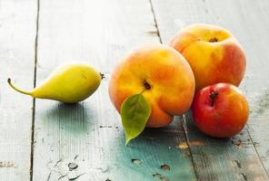 assortiment van fruit op houten tafel foto