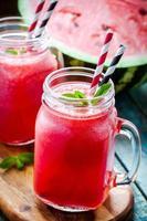watermeloen smoothie in een glazen pot foto