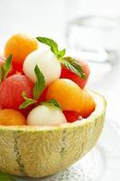 fruitsalade met watermeloen en meloen balletjes foto