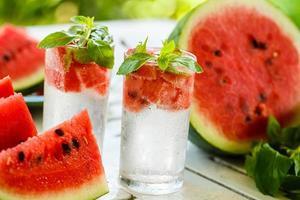 detox water met watermeloen en munt foto
