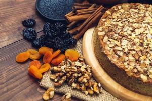 huisgemaakte taart met maanzaad en amandelschilfers foto