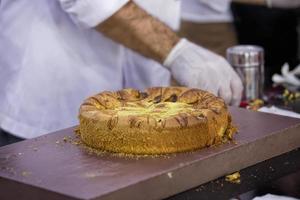 chef maakt cake foto