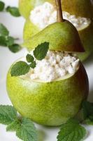 ontbijt: peren met kwark en verticale munt foto