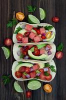 authentieke Mexicaanse gegrilde vistaco's met watermeloen pico de gallo foto