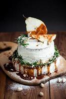 slagroomtaart met karamel en decoratie foto