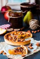 plakje taart met perenjam, appels en karamel foto