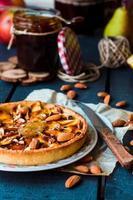 taart met perenjam, appels en karamel foto
