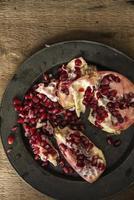 humeurige natrual belichtingsbeelden van verse, sappige granaatappel met vi