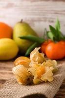 kruisbessenfruit op jutedoek met ander fruit in background2 foto