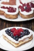 wafel koekjes in de vorm van harten versierd foto